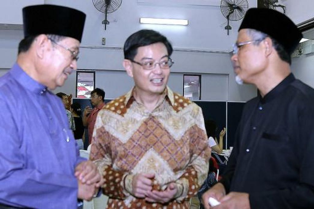 PERTEMUAN DI HARI RAYA: Menteri Ehwal Dalam Negeri Brunei, Pehin Badaruddin Othman (kiri), merupakan tetamu khas di majlis 'rumah terbuka' Hari Raya Menteri dalam Pejabat Perdana Menteri dan Menteri Kedua bagi Ehwal Dalam Negeri dan Ehwal Luar, Encik Masagos Zulkifli (kanan), di Kelab Masyarakat Tampines West. Turut hadir ialah Menteri Pendidikan, Encik Heng Swee Keat (tengah). – Foto KEMENTERIAN EHWAL DALAM NEGERI (MHA)