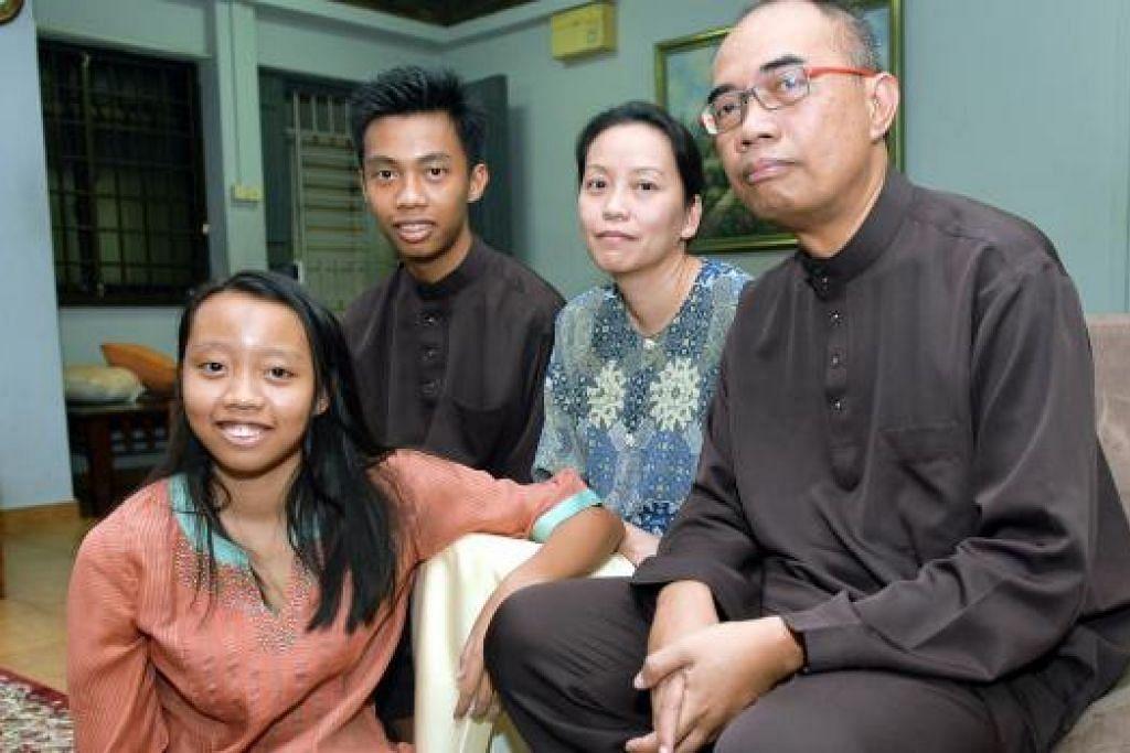 SOKONGAN KELUARGA: Kiria Tikanah (kiri) gembira mendapat sokongan padu keluarganya, (dari kanan), bapanya, Encik Abdul Rahman Ahmad; ibunya, Cik Nur Fithriah Ho; dan abangnya, Mikal Sipanah.