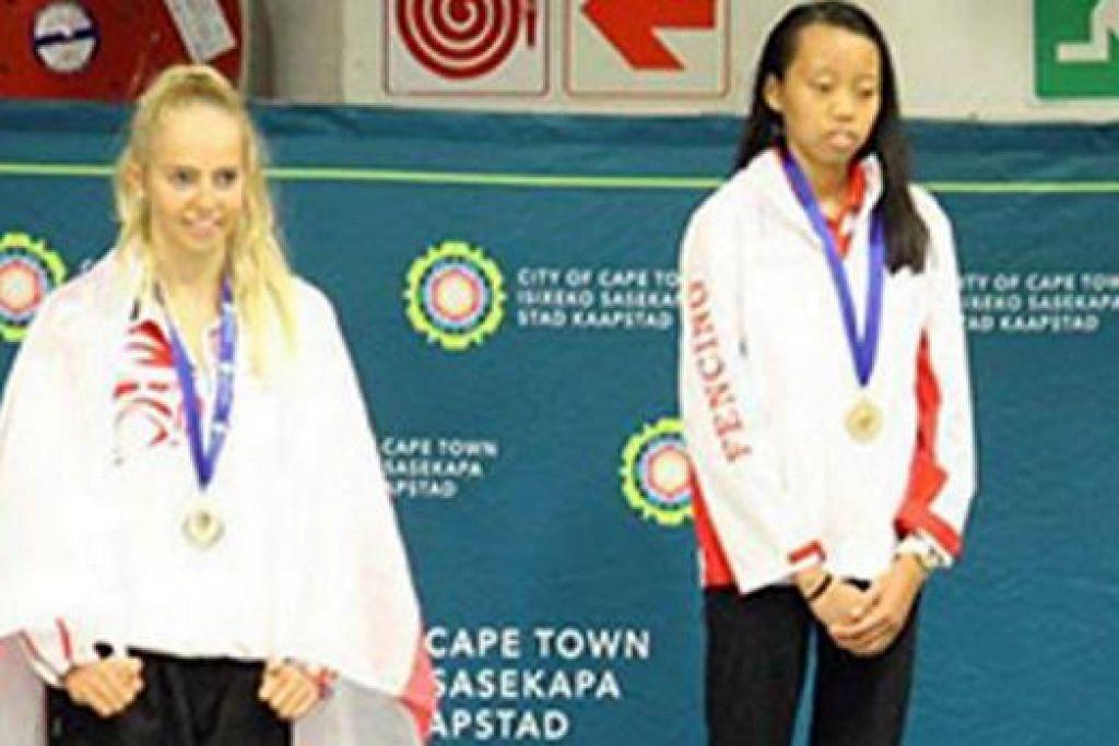 Saat membanggakan: kiria tikanah (kanan) mengibarkan bendera singapura dengan meraih kemenangan di cape town awal bulan ini. – Foto www.nswfencing.org.au