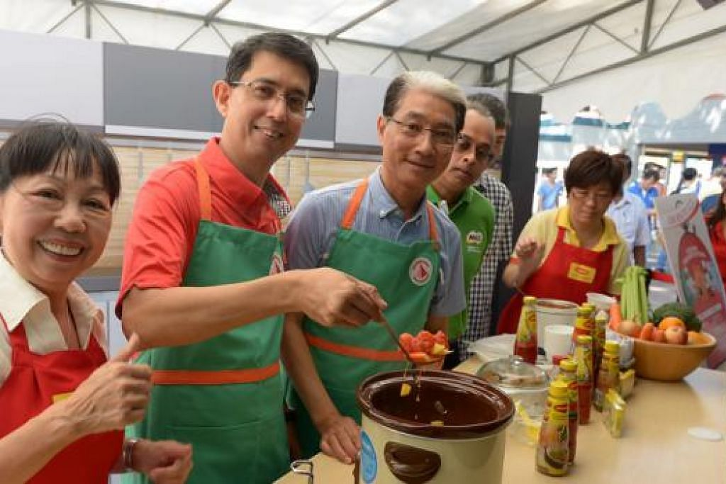 BERBELANJA SIHAT: Profesor Madya Muhammad Faishal Ibrahim (dua dari kiri), menggalakkan rakyat Singapura membeli produk dengan Lembaga Pilihan Lebih Sihat di pelancaran kempen Berbelanja Sihat, Kehidupan Lebih Bermanfaat di pusat Ang Mo Kio semalam. Beliau kelihatan bergambar bersama antaranya Pengerusi Lembaga Penggalak Kesihatan, Encik Lucas Chow (di kiri Dr Fashal) . - Foto TUKIMAN WARJI