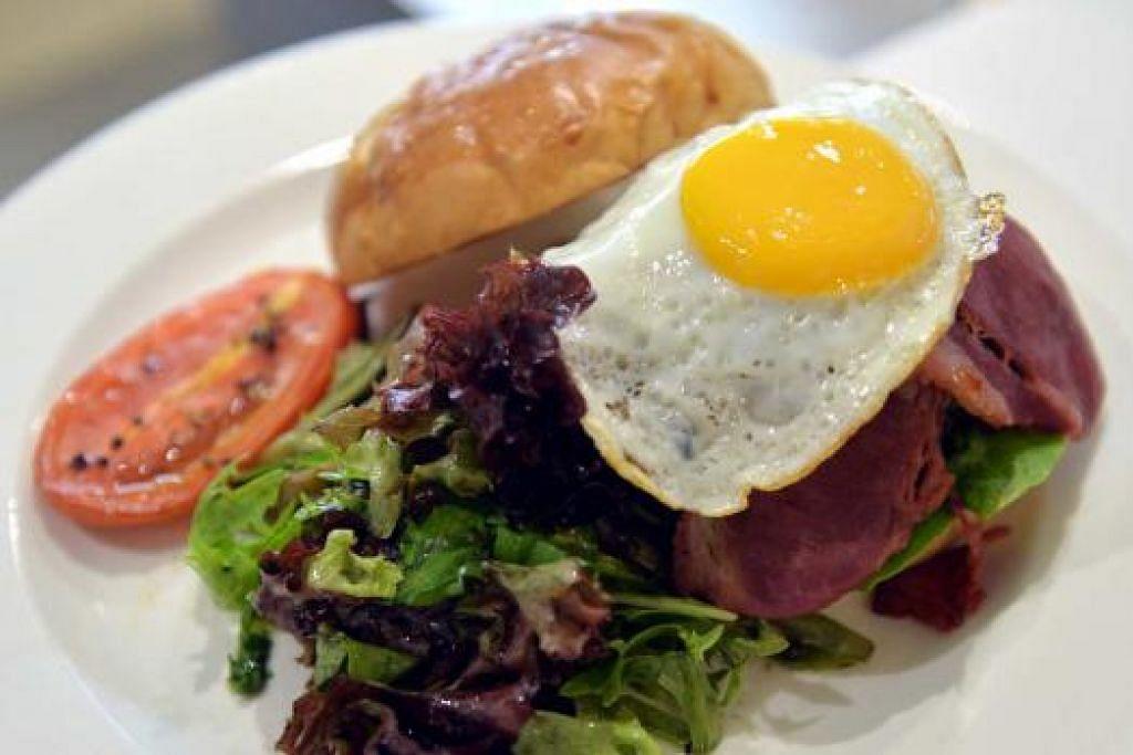 PATTI BUATAN SENDIRI: Patti burger daging lembu, The Royals Bad Boy Burger diperbuat daripada daging yang dicencang cef dan mempunyai bakon daging lembu dan telur mata lembu. - Foto-foto KHALID BABA