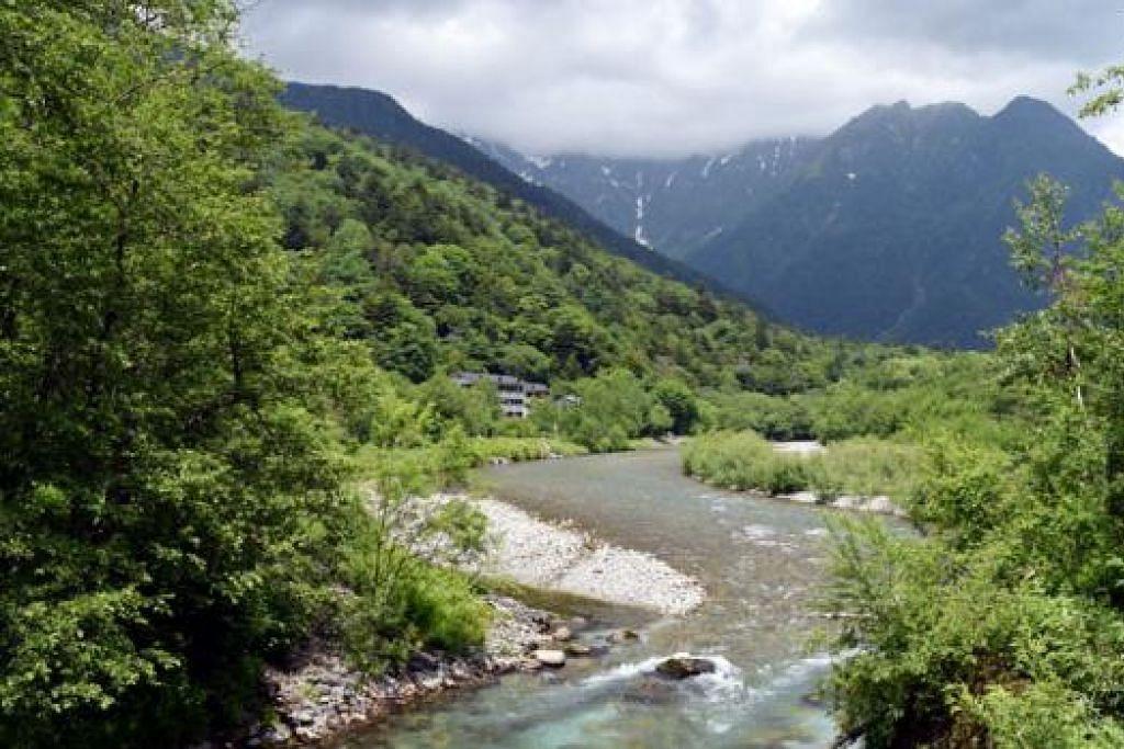 KEINDAHAN ALAM: Penulis berpeluang menyaksikan keindahan alam di Kamikochi, kawasan pergunungan Alps Jepun Utara, wilayah Nagano. - Foto HAKIM YUSOF