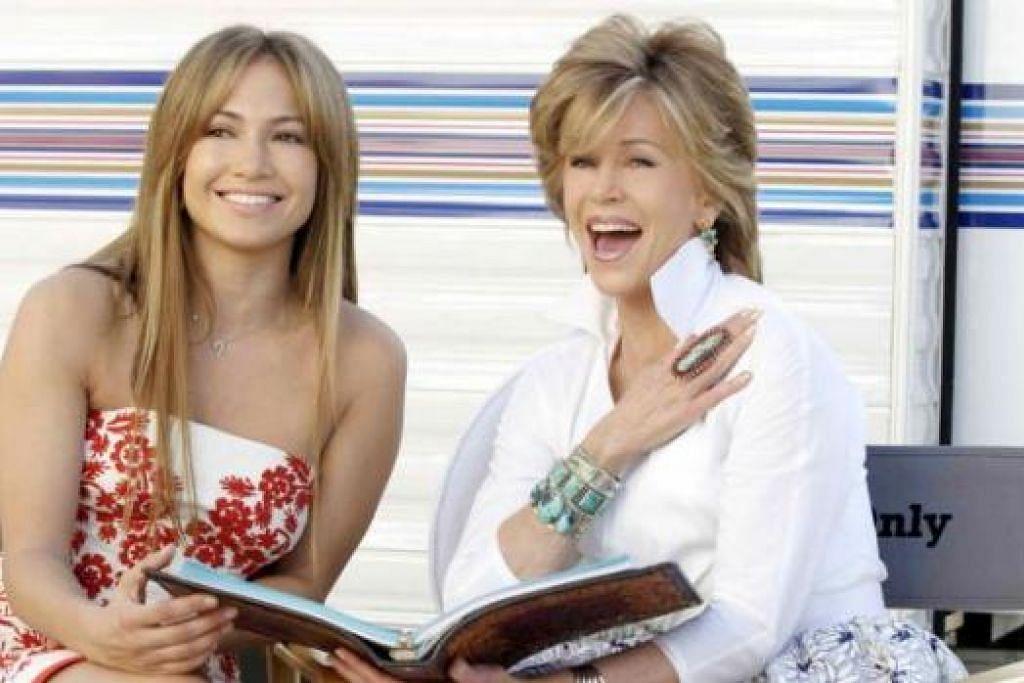 ANTARA FILEM LAKONAN JANE FONDA: Fonda (kanan) bersama selebriti terkenal, Jennifer Lopez, yang berlakon dengannya dalam filem 'Monster-In-Law' - Foto WARNER BROTHERS