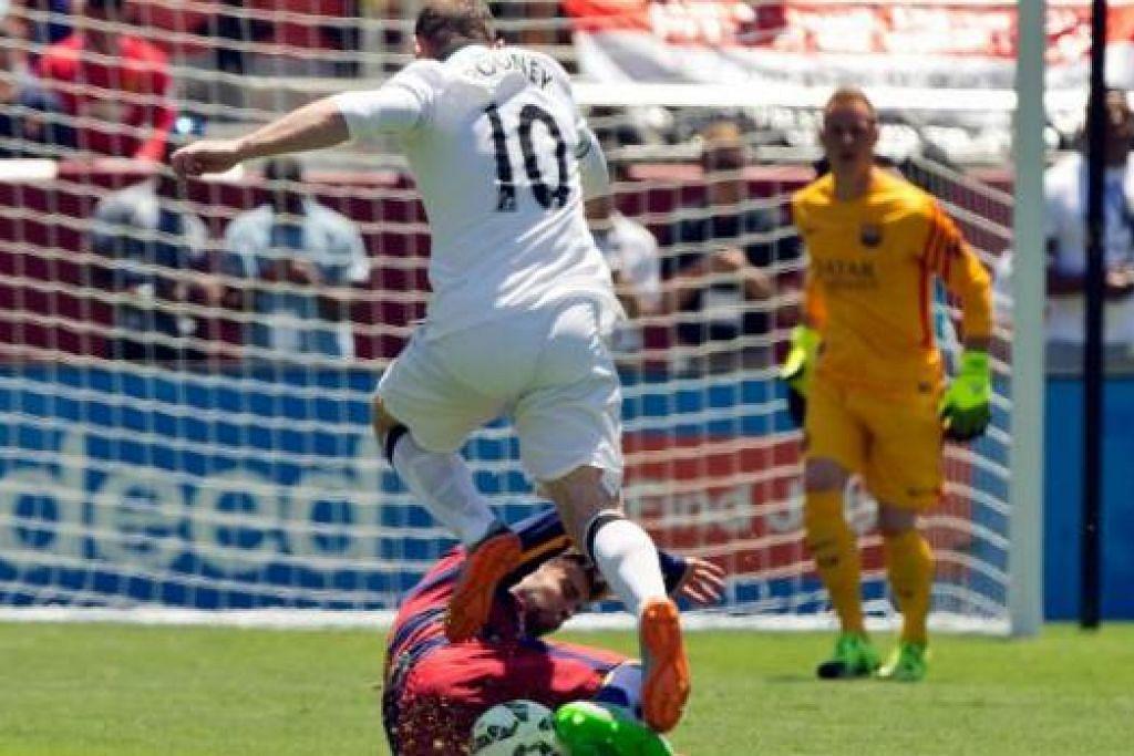 CUBA MENGELAK: Penyerang Manchester United, Wayne Rooney (No10), melompat mengelak terkaman pemain Barcelona dalam satu perlawanan persahabatan kelmarin. United menang 3-1. - Foto AFP