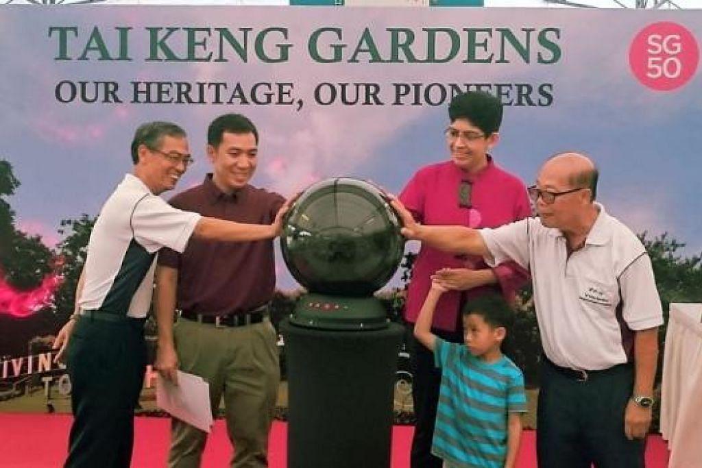 BUKU WARISAN: Profesor Madya Fatimah melancarkan buku warisan 'Tai Keng Gardens, Our Heritage, Our Pioneers', bersama penduduk di estet perumahan Tai Keng Gardens semalam. - Foto BRADEN HON