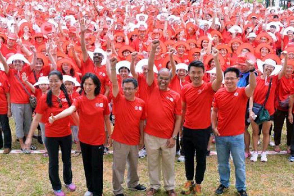 RAI BERSAMA: Encik Masagos Zulkifli (barisan depan, tiga dari kanan) melancarkan 50 tempat yang dekat di hati penduduk Tampines menerusi projek Tampines Heart Map. Bersamanya ialah (bermula dua dari kiri) Naib Pengerusi Jawatankuasa Perundingan Rakyat (CCC) Tampines East Cik Cheng Li Hui, serta AP GRC Tampines Cik Irene Ng, Encik Mah Bow Tan, Encik Baey Yam Keng dan Encik Desmond Choo. - Foto KHALID BABA