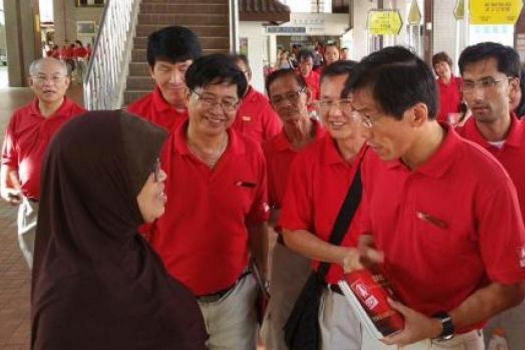 SUDAH MULA GIAT BERKEMPEN?: Setiausaha Agung SDP, Dr Chee Soon Juan, memimpin anggota parti sewaktu lawatan menemui penduduk, kelmarin. - Foto ZAOBAO
