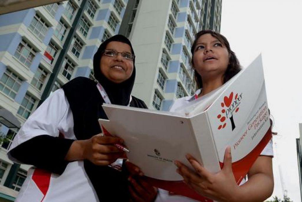 RELAWAN DIHARGAI: Cik Badrun Muneera (kiri) dan Cik Nuraeen Basir meraih banyak pengalaman dan nasihat semasa melakukan tugas relawan mereka sebagai Duta Generasi Perintis. - Foto TUKIMAN WARJI