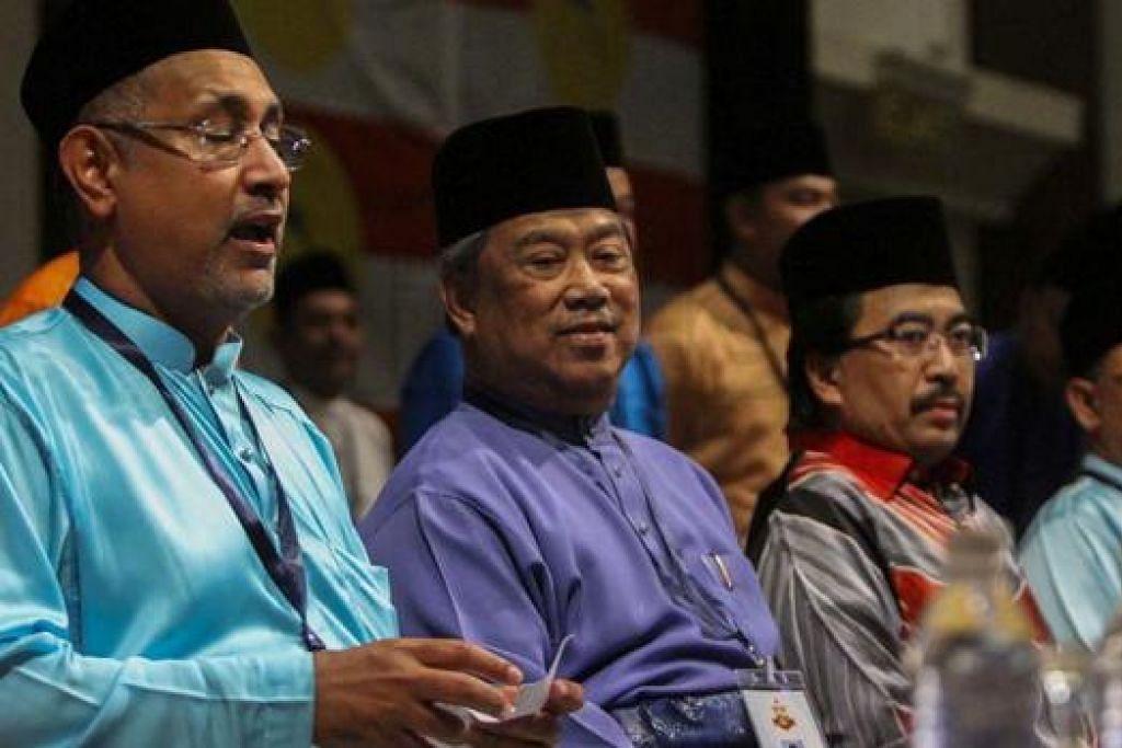 BERI AMARAN KEPADA PARTI: Tan Sri Muhyiddin (dua dari kiri) yang menghadiri mesyuarat Umno Cheras di Kuala Lumpur malam kelmarin berkata maklum balas akar umbi rakyat menunjukkan sokongan yang berkurang terhadap parti itu. - Foto THE MALAYSIA INSIDER