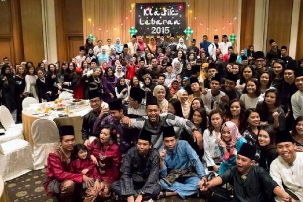 RAIKAN BERSAMA: Sebahagian daripada 430 penari dan pemuzik tradisional Melayu serta rakan-rakan seni dalam bidang lakonan meriah menjayakan Klasik Lebaran 2015 di Hotel Furama Riverfront. - Foto ihsan ARIFFIN ABDULLAH