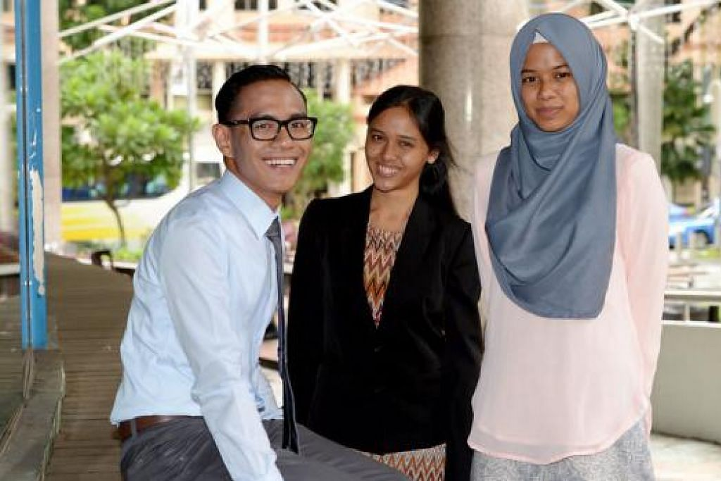 GURU MASA HADAPAN: (dari kiri) Encik Muhammad Firdaus Md Hair, Cik Almira Farid dan Cik Hazirah Mohd Helmy antara 210 pelajar yang menerima biasiswa dan anugerah daripada MOE semalam. - TUKIMAN WARJI