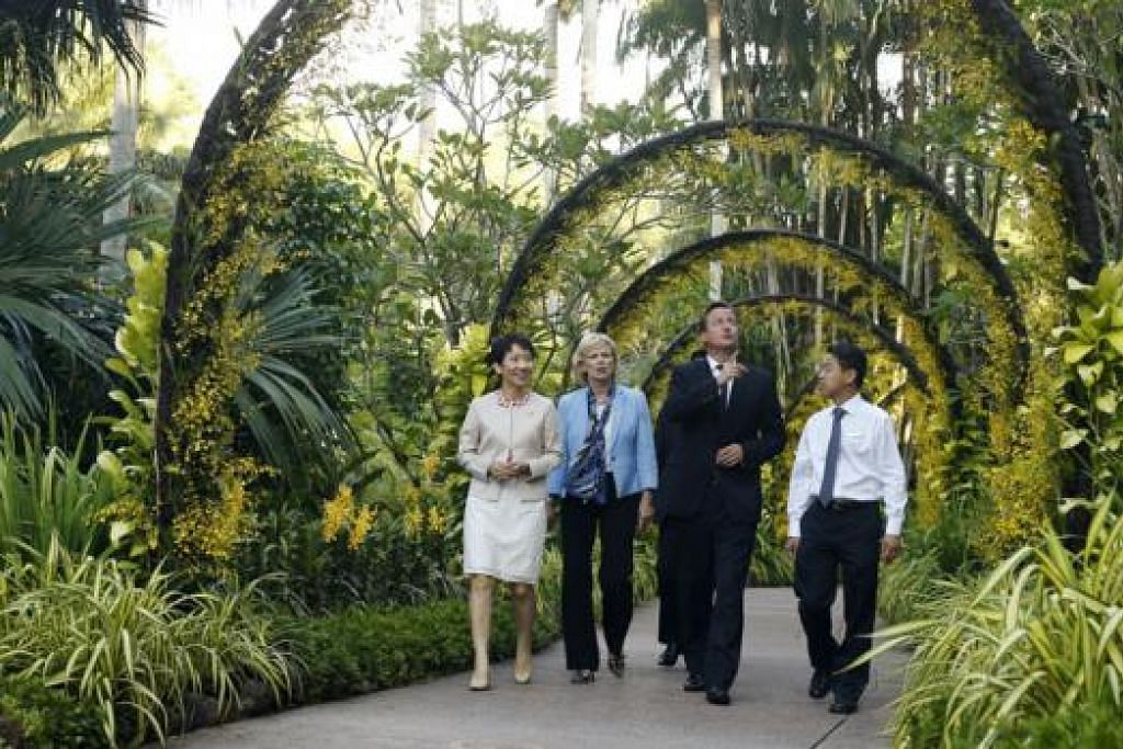 KUNJUNGAN PM BRITAIN: Encik Cameron (dua dari kanan) bersama (dari kiri) Menteri di Pejabat Perdana Menteri, Cik Grace Fu; Cik Soubry dan Ketua Pegawai Eksekutif NParks, Encik Kenneth Er, di Taman Anggerik Negara. - Foto REUTERS