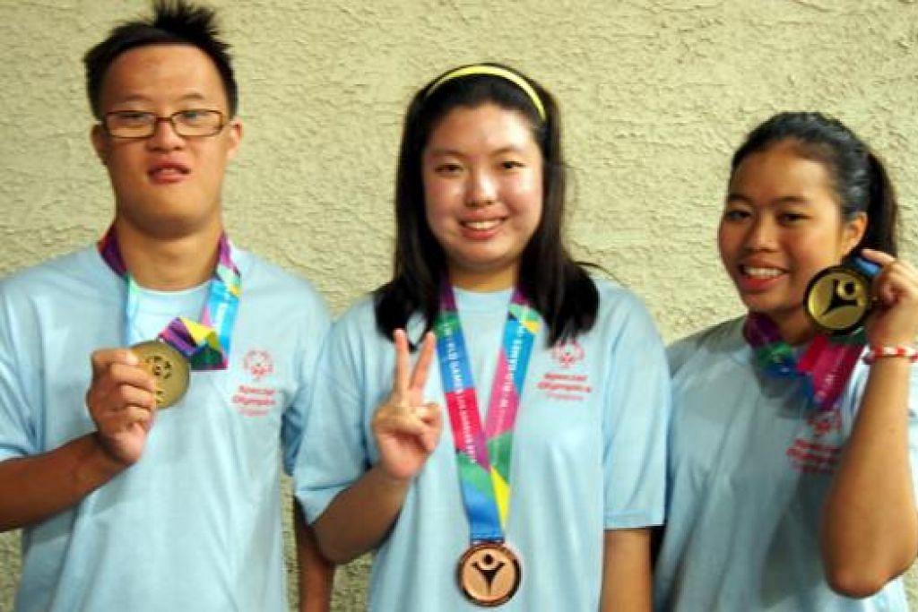 SEMUA PEMENANG: Danielle Moi (kanan) dan Bryan James Seow (kiri) memenangi pingat emas, sementara Nicole Fu meraih pingat gangsa semalam. - Foto SPECIAL OLYMPICS SINGAPORE