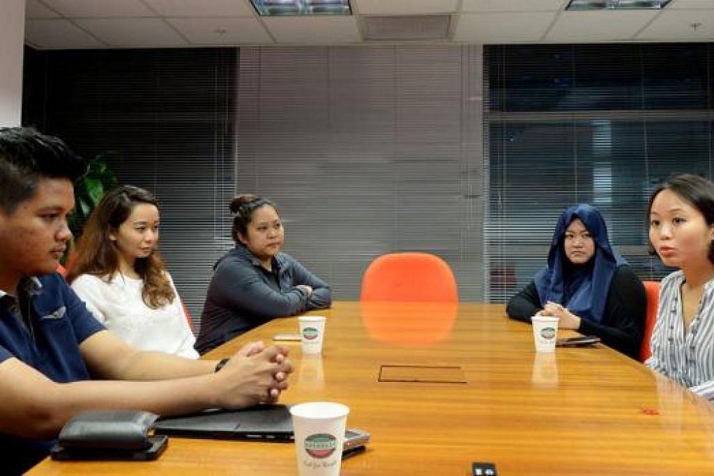 BELIA BERBINCANG: (Dari kiri) Encik Nasruledy, Cik Erliana, Cik Mardina, Cik Juzaila dan Cik Nadia menyertai sesi perbincangan meja bundar 'Bincang Pilihan Raya Umum bersama Pengundi Muda' anjuran Berita Harian kelmarin. - Foto TUKIMAN WARJI
