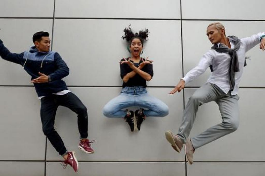 ADU BAKAT MENARI: Tiga penari Melayu (dari kiri) Ashraf Roslan, 24 tahun; Nurul Rusdeena Rahmat, 20 tahun; dan Shahrin Johry, 33 tahun, antara 12 finalis, dalam pertandingan tarian realiti, 'Dance Singapore Dance', yang akan ditayangkan di saluran kabel Zee TV. - Foto-foto TUKIMAN WARJI
