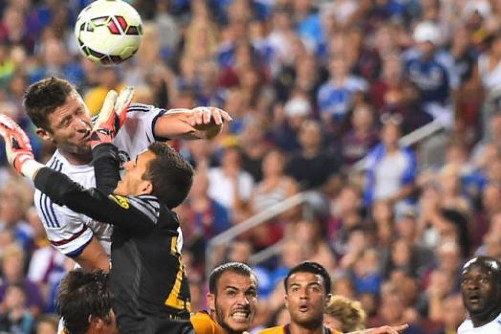 GOL PENYELAMAT: Gary Cahill menanduk masuk gol kedua bagi Chelsea, yang mengikat jaringan 2-2, mengheret perlawanan ke tendangan penalti. - Foto AFP