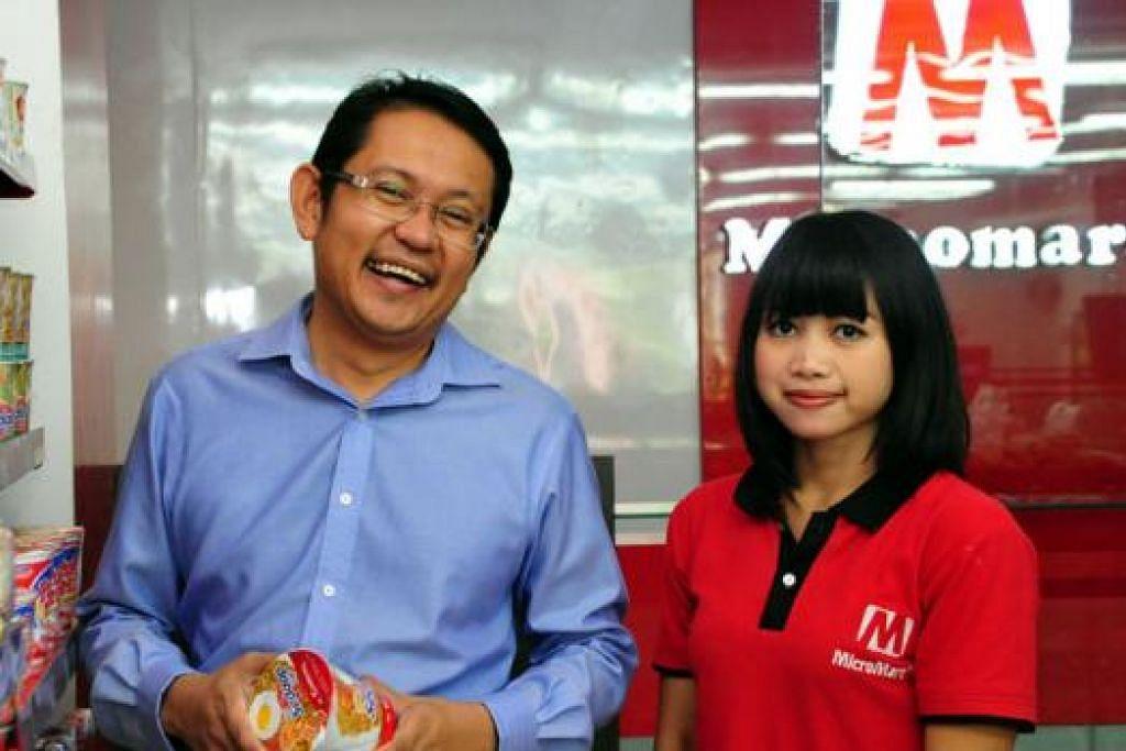 NIAGA JAYA: Encik Mohamad Farid Mohd Noor bersama salah seorang pekerjanya di pasar mini Micromart miliknya. Beliau memiliki 35 pasar raya mini di Jawa Tengah dan ingin meningkatkannya kepada 200 dalam dua tahun mendatang. - Foto MICROMART