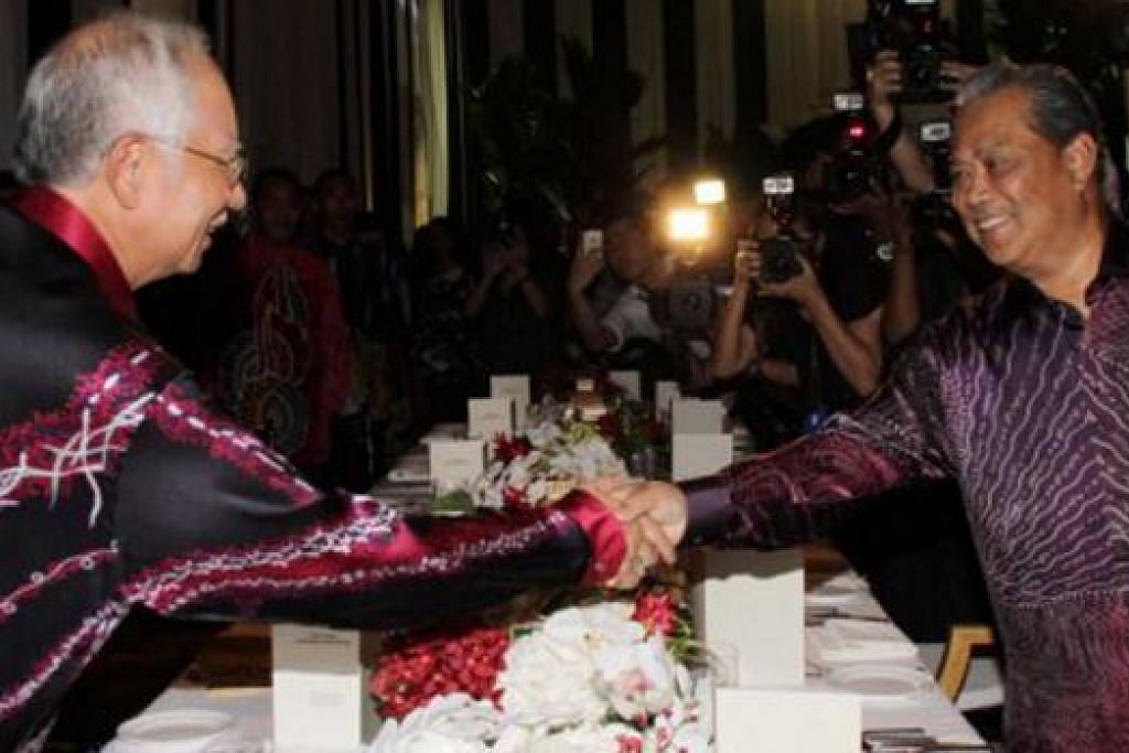 SAMBUT RAYA BERSAMA SEBELUM DIGUGUR: Datuk Najib dan Tan Sri Muhyiddin menghadiri majlis Rumah Terbuka Aidilfitri anjuran Kumpulan CIMB beberapa hari lalu sebelum Datuk Najib mengumumkan beliau akan menggugurkan Tan Sri Muhyiddin. - Foto BHM