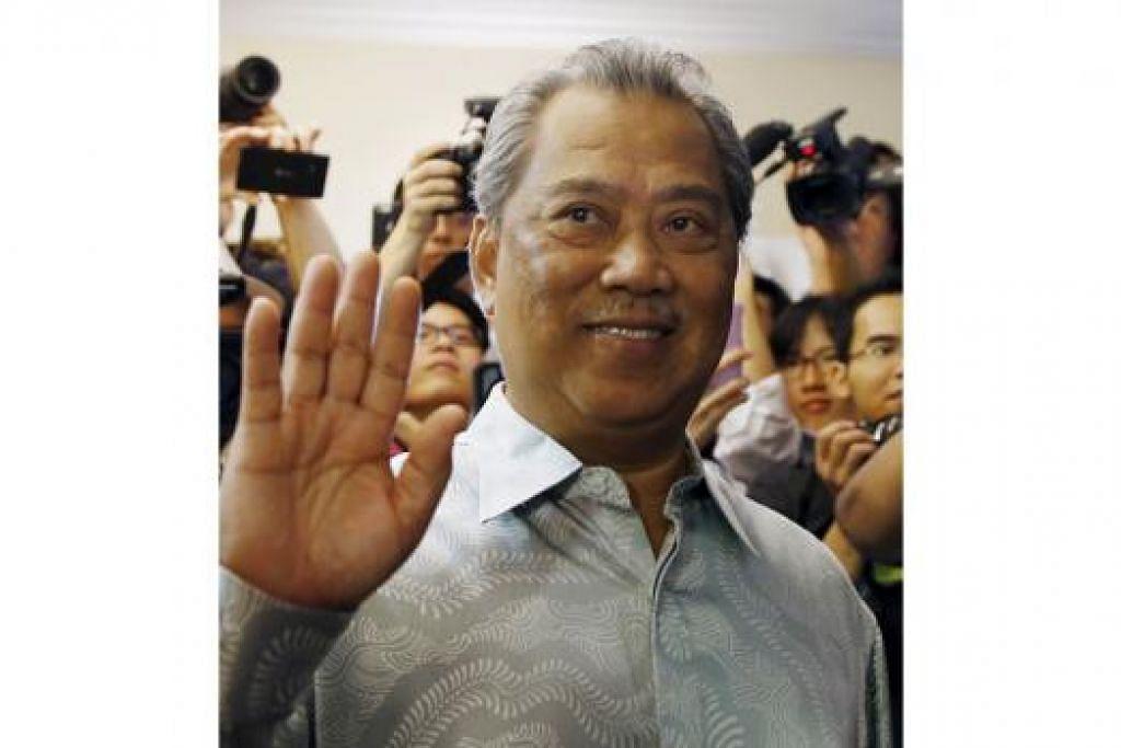 TERUS PIKUL AMANAH: Bekas Timbalan Perdana Menteri, Tan Sri Muhyiddin Yassin, dikerumuni anggota media sebelum memulakan sidang akhbar di kediamannya semalam di mana beliau terus menekankan perlunya penjelasan terperinci mengenai isu 1MDB yang membawa kepada penggugurannya daripada Kabinet kerajaan Malaysia. - Foto REUTERS