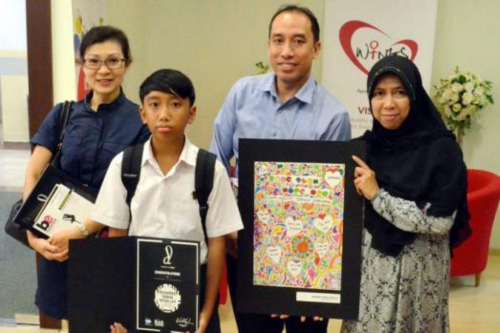 DIPILIH DARIPADA 350 KARYA SENI: Karya seni Muhammad Raihan adalah salah satu pemenang bagi peraduan 'Desain Bagi Kebaikan'. Bersamanya adalah ibu bapanya (yang sedang memegang karyanya) dan wakil sekolah, Cik Ivy Tay (kiri). - Foto SOCIETY FOR WINGS