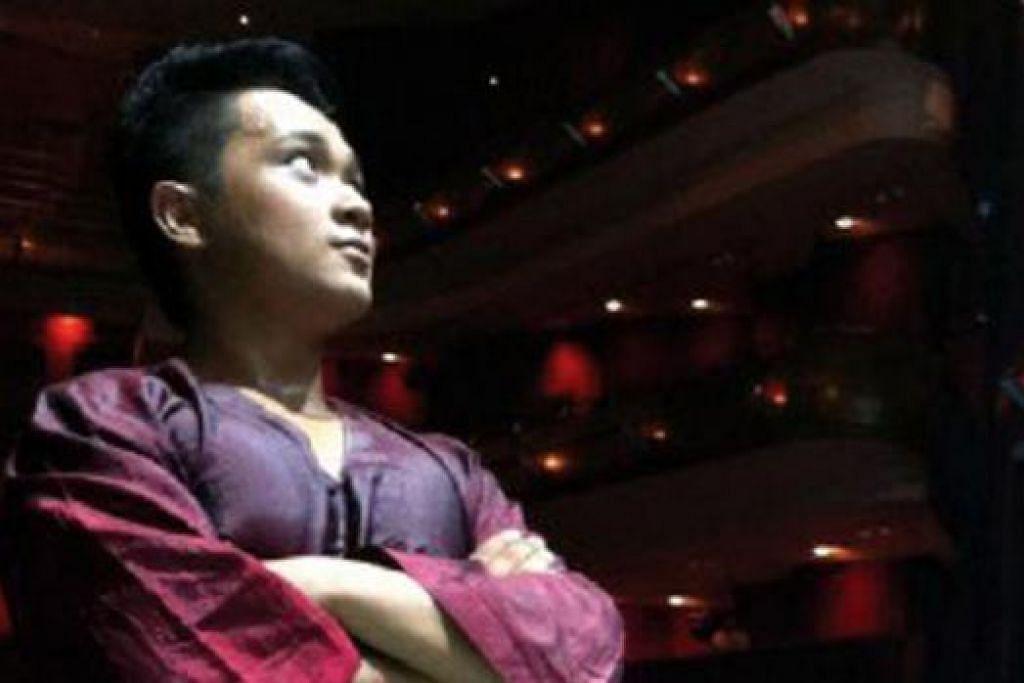 MAHU MENGONGSI ILMU: Ismail Jemaah dari Azpirasi berharap dapat membangunkan keperibadian pelajarnya seperti beliau memperkaya penontonnya menerusi persembahan artistiknya.