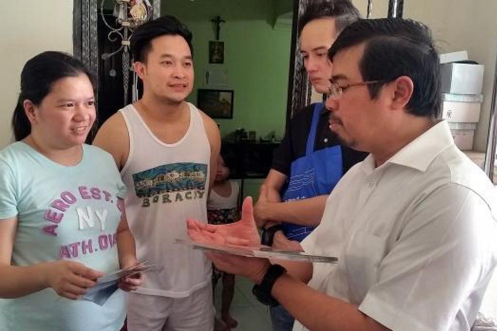 TERUSKAN USAHA: Lawatan dari rumah ke rumah membantu Encik Zainal mengenali penduduk. - Foto PASIR RIS EAST GRASSROOTS