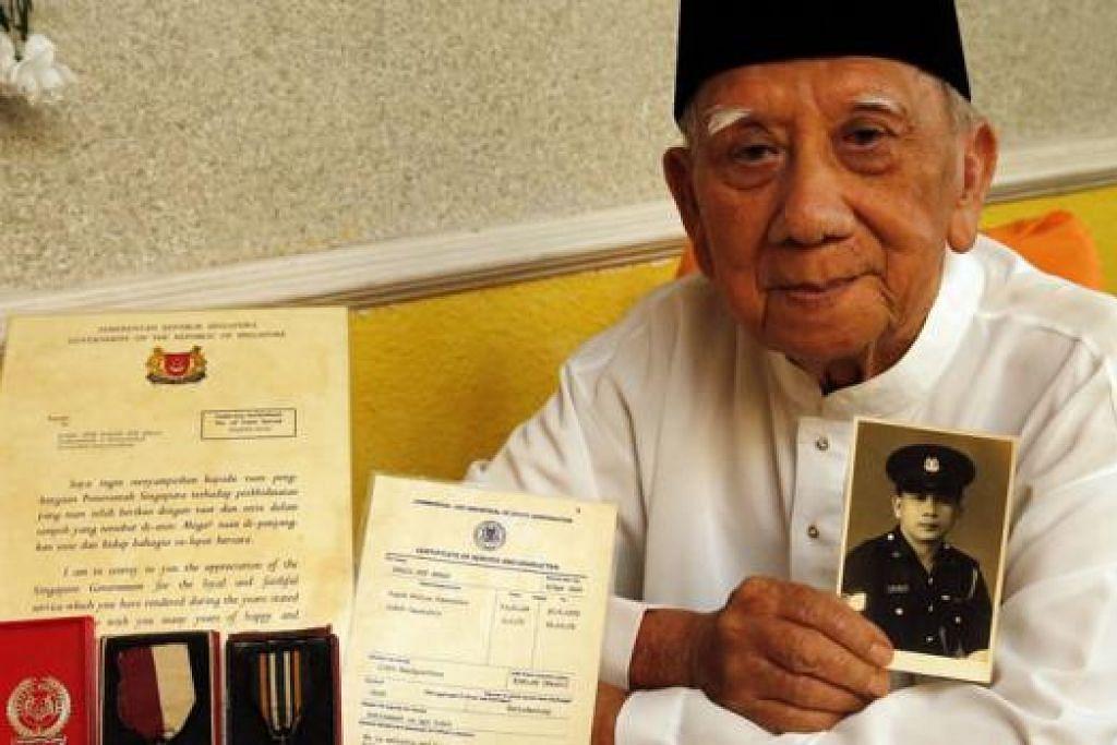 USAHA GIGIH DIBERI GANJARAN: Encik Ismail Ahmad bangga akan usaha pegawai polis Singapura daripada generasi perintis yang telah membina arah jalan kepada keharmonian kaum yang berkekalan sehingga sekarang. - Foto THE STRAITS TIMES