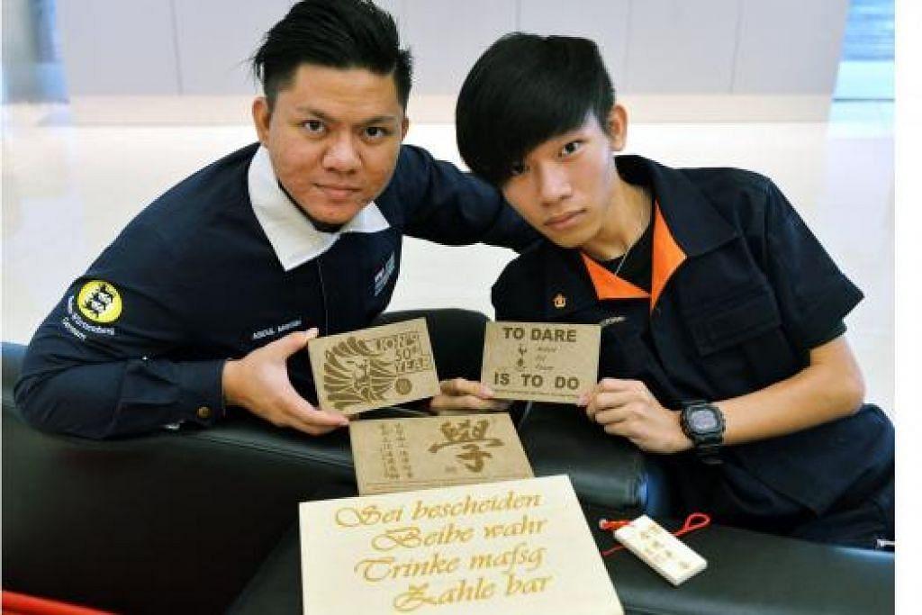 TEKNOLOGI LASER: Encik Abdul Muhsin (kiri) dan Encik Teo Royce daripada pasukan SG Engravers mengukir mesej di atas sebarang permukaan dengan menggunakan teknologi laser. - Foto KHALID BABA