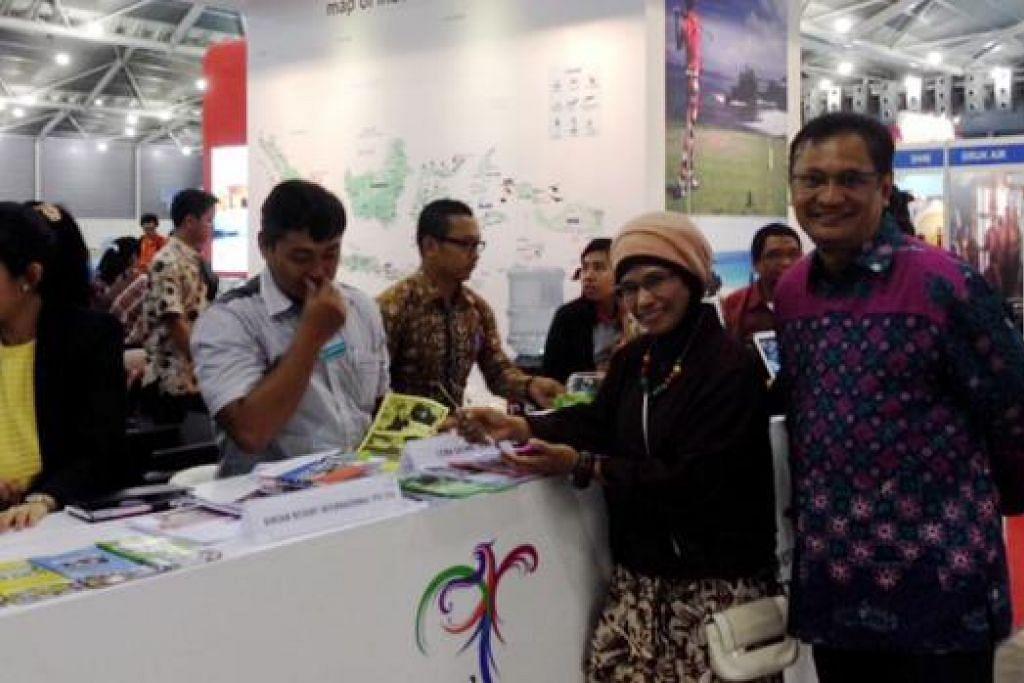 SINGAPURA PASARAN PENTING: Encik Sulaiman dan Cik Masruroh ingin menggiatkan usaha menarik pelancong Singapura ke Indonesia di Pameran Natas di Singapore Expo. - Foto NORHAIZA HASHIM