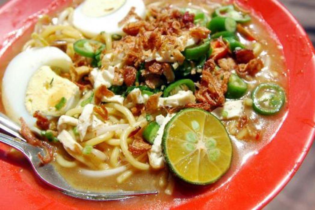 MASIH DI TAKUK LAMA: Mi rebus, seperti makanan Melayu tradisional popular lain, ketika ini dijual di kedai kopi atau pusat makanan dengan persembahan biasa-biasa saja. – Foto fail