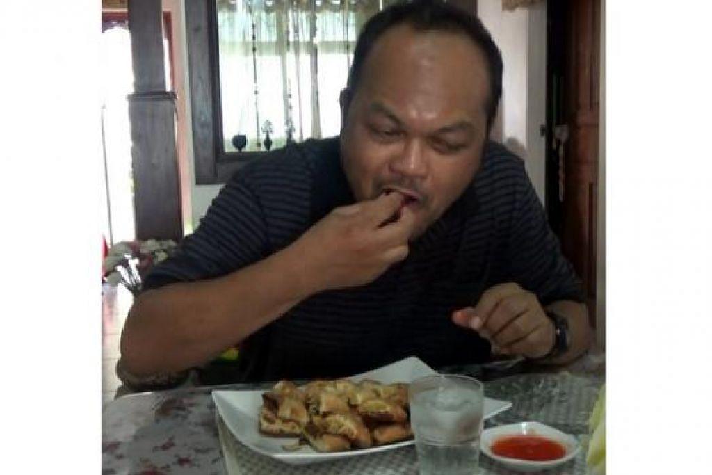 SEDAP...: Wartawan merasakan roti john Taman Serasi buat pertama kali.