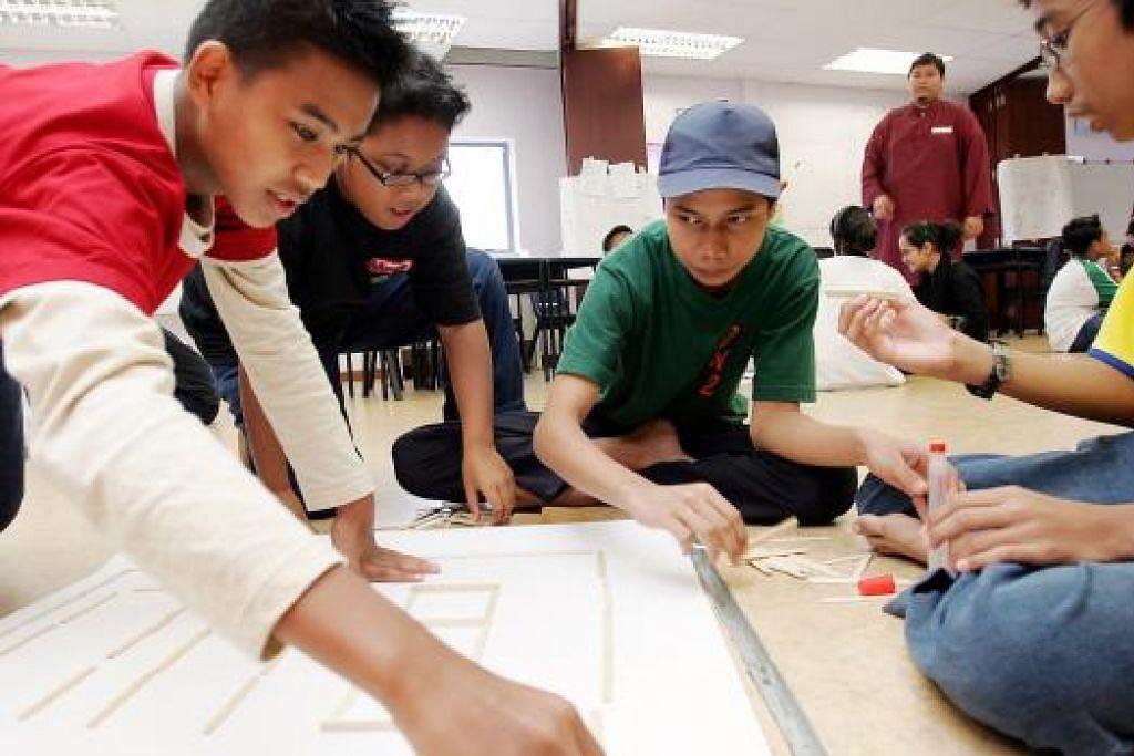 MENDAPAT FAEDAH PENDIDIKAN: Remaja-remaja ini adalah antara peserta yang pernah mengambil bahagian dalam Program 'Teens ALIVE' . - Foto fail