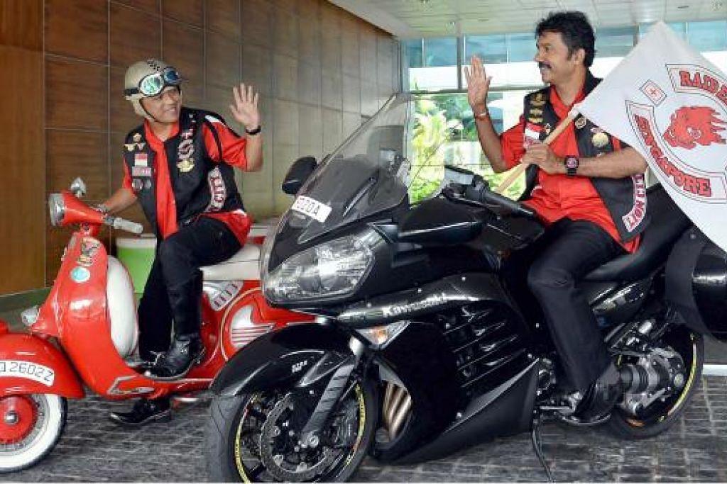 AMBIL ALIH: Encik Suriya Kumar (kanan) kini mengambil alih kepimpinan selaku presiden Riders Aid Singapore daripada Encik Ramle Ismail (kiri) yang kini bertindak selaku penasihat kepada kumpulan itu. - Foto TAUFIK A. KADER