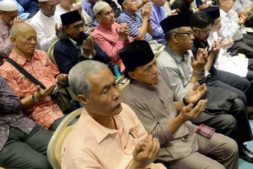 DOA SELAMAT TUNAI HAJI: Kesemua 680 kuota haji bagi Singapura tahun ini telah diisi dengan 90 peratus daripadanya menunaikan haji buat kali pertama. - Foto MOHD TAUFIK A KADER
