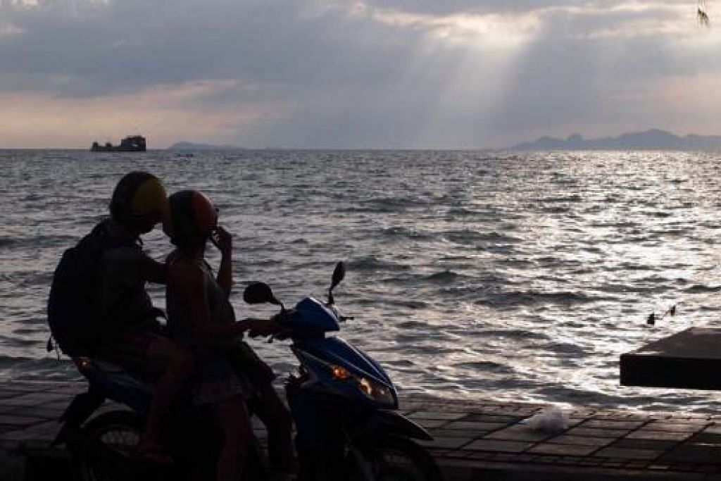 KENANGAN INDAH: Encik Bajuri sempat merakam pemandangan cahaya mentari menikam awan ketika terbenam di Ko Samui, Thailand. - Foto-foto BAJURI ALI
