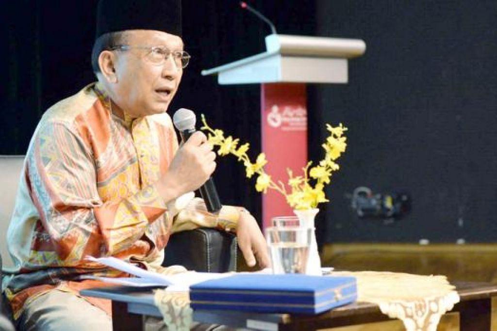 UCAPAN BERNAS: Tan Sri Dr Rais Yatim menyampaikan ucap utama sempena acara Marantau anjuran Persatuan Minang Singapura yang dipengerusikan presidennya, Encik Iriyanto Safari, pada petang Sabtu 25 Julai lalu. - Foto KHALID BABA