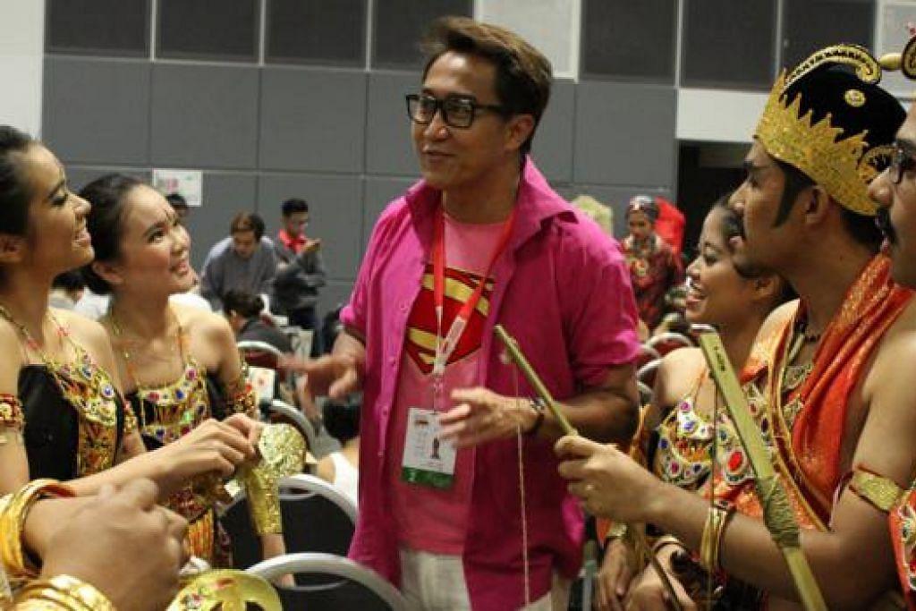 MAHU BUAT PERSEMBAHAN YANG DEKAT DI HATI PENONTON: Encik Zaini Tahar (tengah), ketua koreografer NDP tahun ini dengan sekumpulan penari. - Foto SITI AISYAH NORDIN