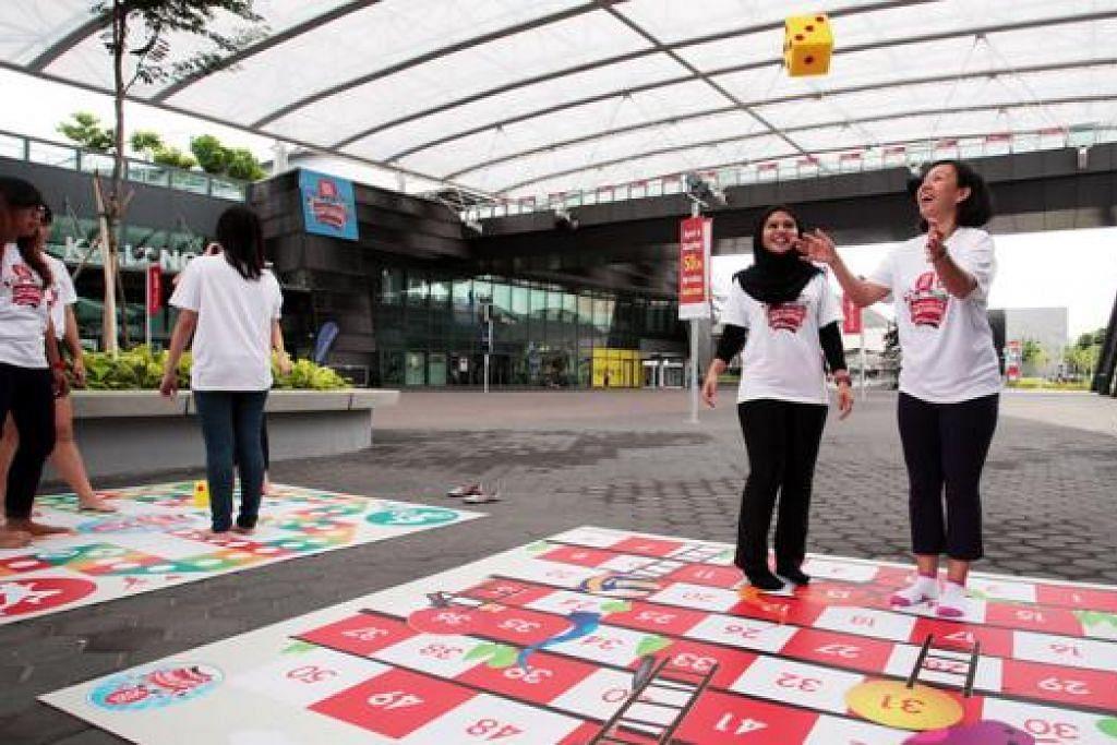 HIDUPKAN PERMAINAN TRADISIONAL: Pelbagai permainan dan sukan tradisional seperti permainan raksana 'Ular dan Tangga' ini menanti pengunjung sempena 'Karvival SG50 hab Sukan Singapura' pada 8 dan 9 Ogos ini. - Foto HAB SUKAN SINGAPURA