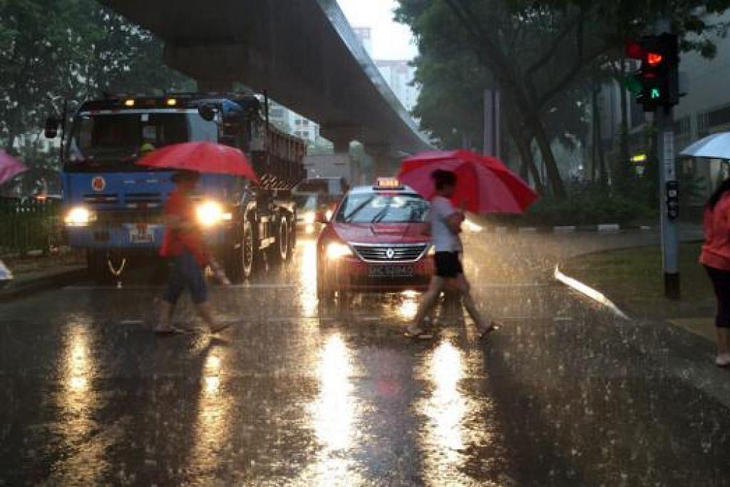 PAYUNG SANA SINI: Pemandangan di Rivervale Drive di Sengkang pada 7.40 pagi. - Foto THE STRAITS TIMES
