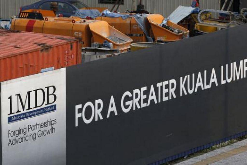 PELBAGAI PERSOALAN: Pekerja dilihat di tapak bangunan Tun Razak Exchange 1MDB, Kuala Lumpur.- Foto REUTERS