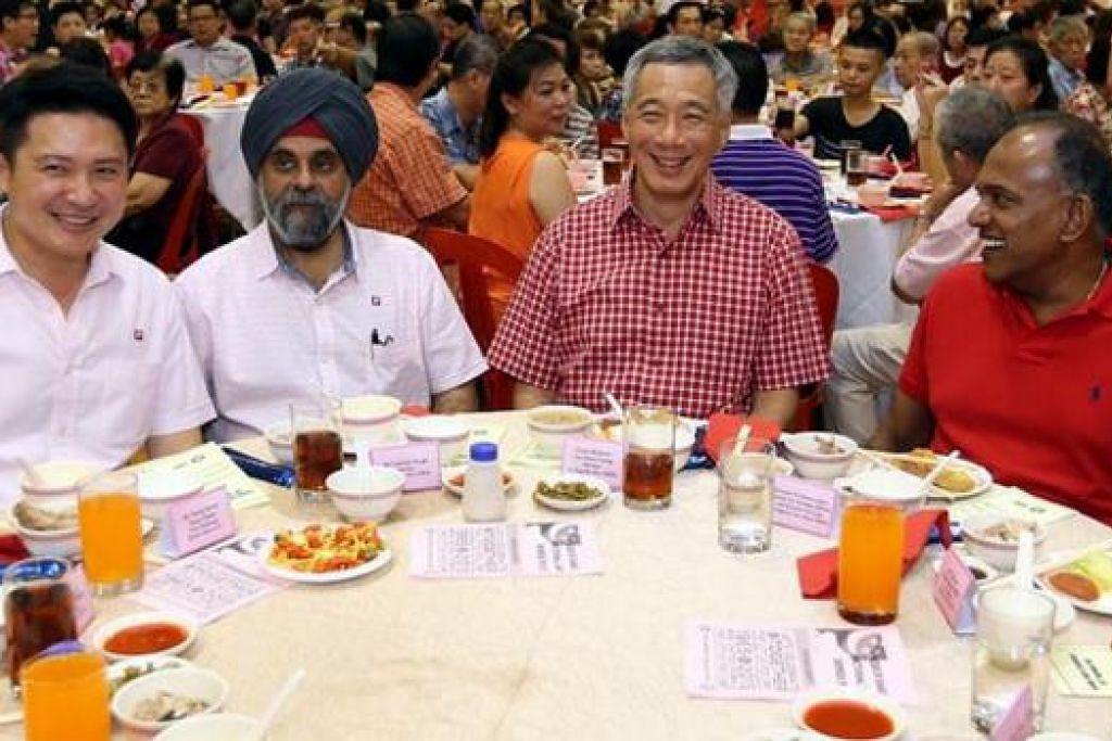 RAKAMKAN PENGHARGAAN: Encik Lee Hsien Loong (berbaju kotak-kotak) mengucapkan terima kasih kepada Encik Inderjit Singh (dua dari kiri) kerana khidmatnya di kawasan undi Kebun Baru selama hampir dua dekad. Bersama mereka ialah Menteri Ehwal Luar dan Undang-Undang, Encik K. Shanmugam (kanan) dan Encik Henry Kwek yang dijangkakan mengambil tempat Encik Singh dalam pilihan raya akan datang. - Foto INSTAGRAM PM LEE