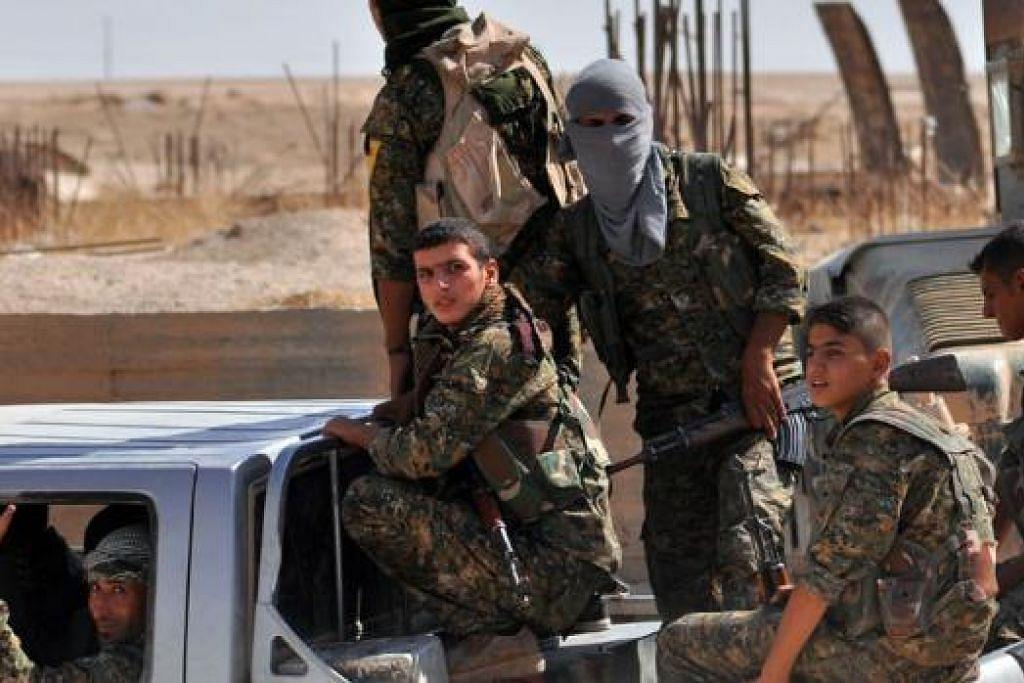 HADAPI ANCAMAN PENGGANAS: Anggota askar Kurdi memantau kejiranan al-Zohour di bandar timur laut Hasekah selang seminggu askar Syria dan askar Kurdi itu menumpaskan kumpulan militan IS d Hasekah. - Foto AFP