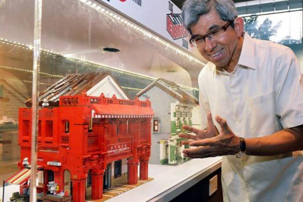 SUSUR SEJARAH NEGARA: Dr Yaacob Ibrahim sedang melihat salah satu model Lego bangunan bersejarah Singapura yang dikenali sebagai Red House Bakery yang dipamerkan di pameran 'The Little Red Brick' di Perpustakaan Negara. - Foto KHALID BABA