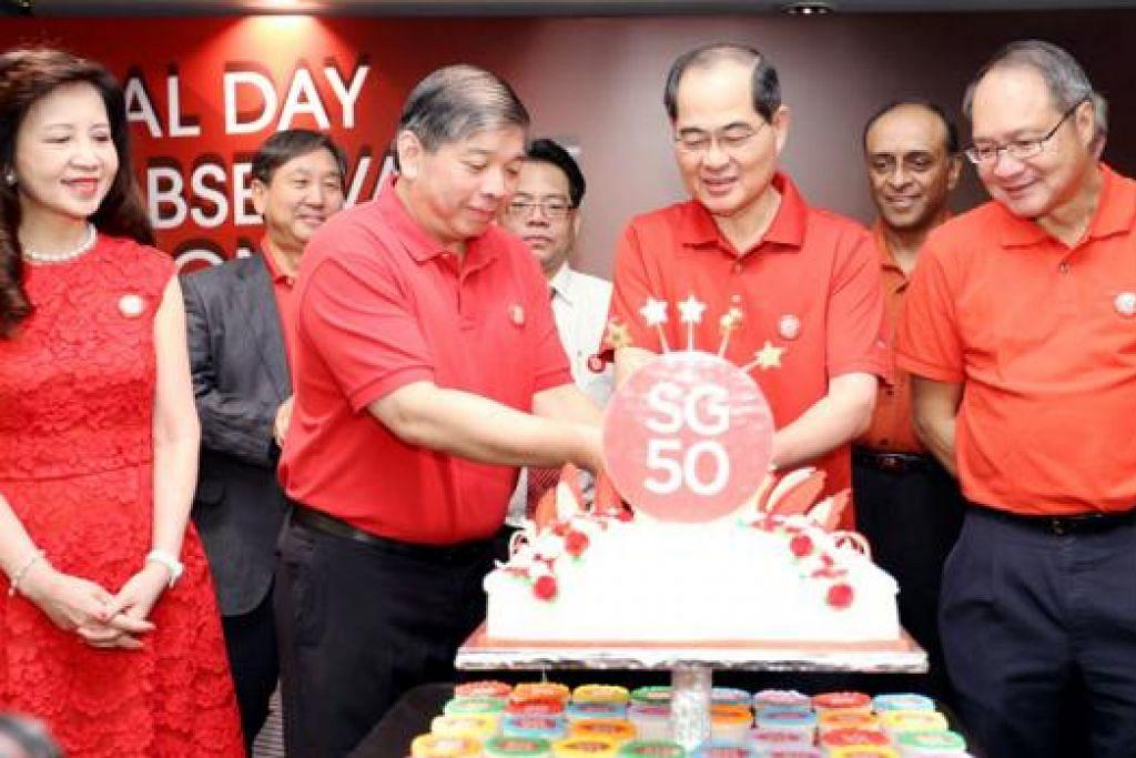 RAI HARIJADI SINGAPURA: Pengerusi SBF, Encik S.S. Teo (tiga dari kiri), dan Menteri Perdagangan dan Perusahaan, Encik Lim Hng Kiang (empat dari kanan), memotong kek dalam Majlis Memperingati Hari Kebangsaan. - Foto SBF