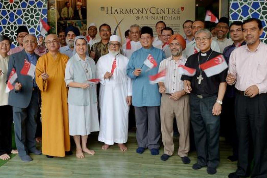 RAI KEHARMONIAN AGAMA: Dr Fatris (depan bersongkok) menghoskan jamuan teh Aidilfitri untuk sekitar 50 hadirin, termasuk pemimpin pelbagai kumpulan agama, di Pusat Harmoni semalam. - Foto TUKIMAN WARJI
