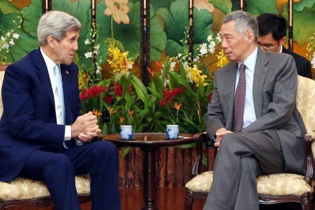 LAWATAN RASMI PERTAMA: Setiausaha Negara Amerika Syarikat, Encik John Kerry (kiri), bertemu Perdana Menteri Lee Hsien Loong di Istana semalam dan mengesahkan hubungan dua hala yang rapat dan dalam pelbagai aspek antara Singapura dengan Amerika. - Foto MCI