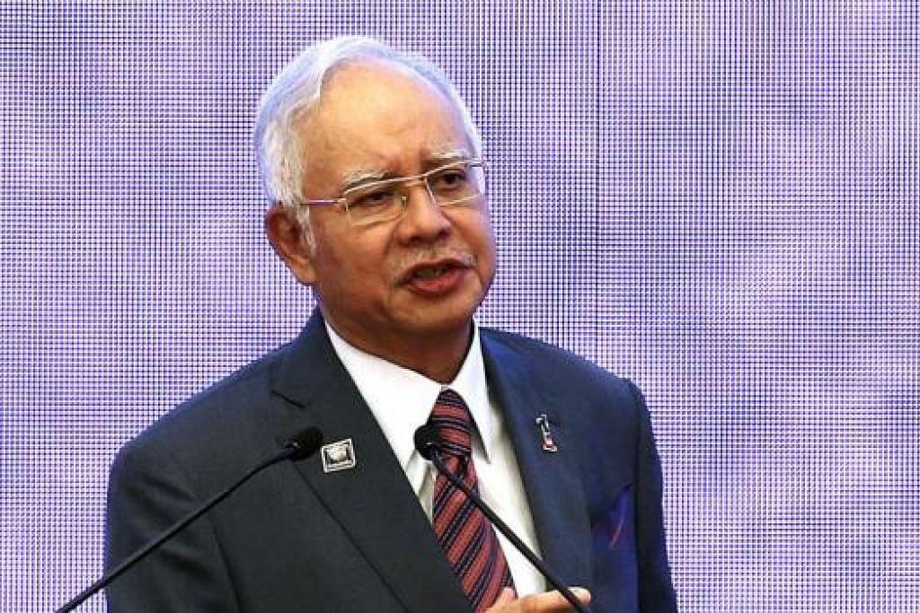 JADI PERHATIAN: Ramai rakyat Malaysia tertanya-tanya sama ada Perdana Menteri Datuk Seri Najib Tun Razak dalam terus mengekalkan kepimpinannya selepas dirundung kontroversi buat sekian kalinya dengan tengkarah 1 MDB. - Foto REUTERS