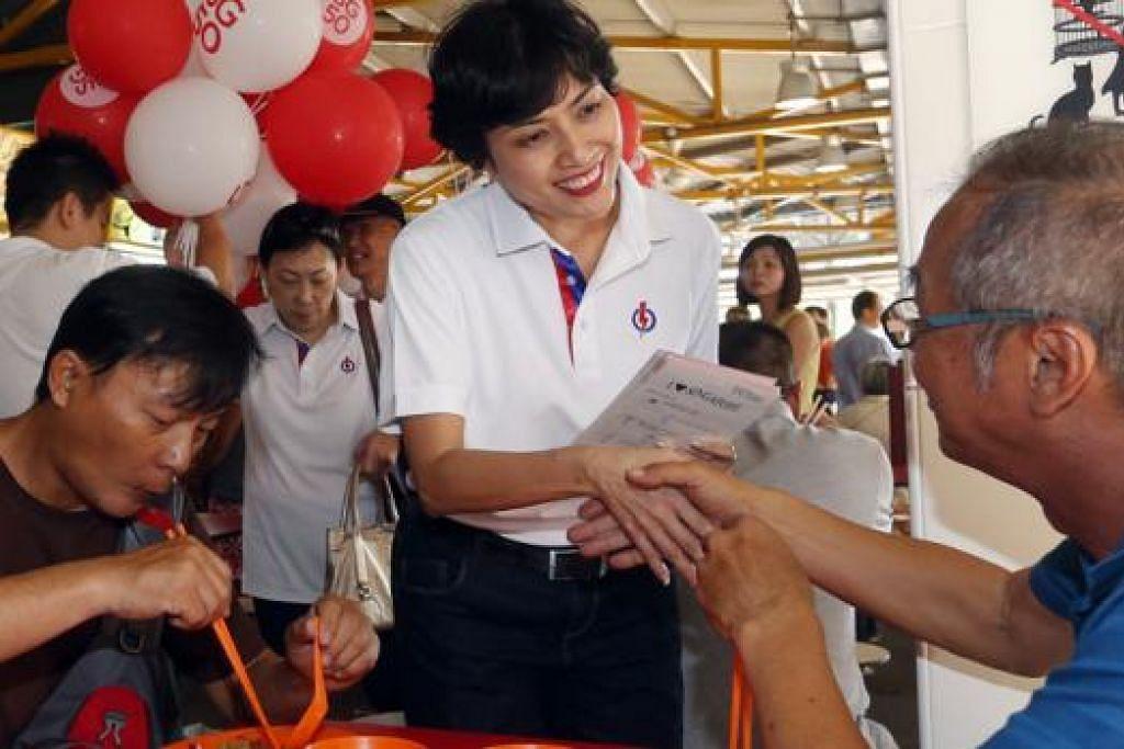 ORANG BARU: Cik Joan Pereira, wajah baru dalam pasukan PAP diperkenalkan kepada orang ramai semasa parti itu mengadakan lawatan dalam GRC Tanjong Pagar. - Foto THE STRAITS TIMES