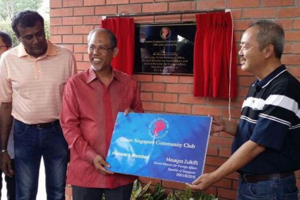 DIBUKA RASMI: Encik Masagos Zulkifli (berbaju merah jambu) membuka rasmi Kelab Masyarakat Batam Singapura semalam. - Foto MFA