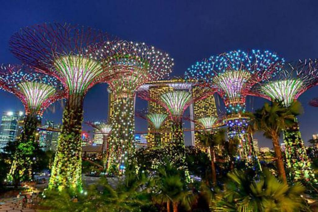 TARIKAN TAMAN: Saksikan pertunjukan muzik dan cahaya edisi SG50, Garden Rhapsody, di Gardens by the Bay. - Foto GARDENS BY THE BAY